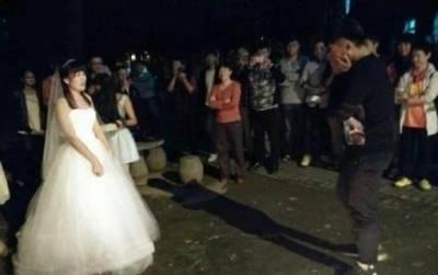大二女生穿婚紗在男生寢室樓下求婚成功!