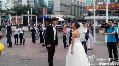 一名老新娘蹲在街上難過大哭,那位沒良心的新郎竟然說....
