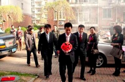 新娘家不開門,新郎拂袖而去。