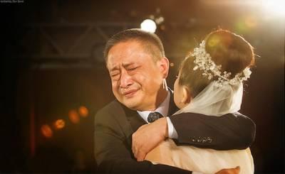 我的小棉襖被人穿走了…父親不捨女兒出嫁淚眼婆娑!
