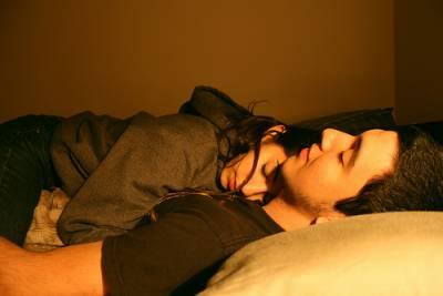 女人伸手去脫男人的褲子,男人居然躺著說了一句........