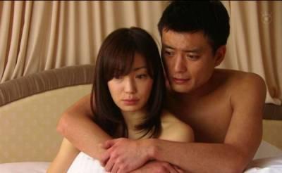 晚上,男人摟著睡在肩膀上的妻子,竟然做出了這樣的事......