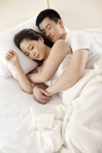 半夜,醒來,感覺老公緊抱著我,竊喜!感動不已,正想說好好享受他的擁抱時...突然...