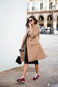 誰說大衣只能配靴子?搭上運動鞋才是今年主流