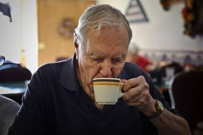 這個老爺爺每天都會去同一家店買四塊錢的咖啡,知道原因後所有人都哭了...