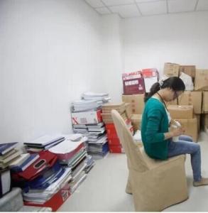 揭密「職業婦女」真實的擠乳畫面!!倉庫裡…樓梯間…桌底下…她們真的太辛苦!!