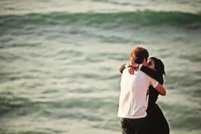 接吻時,男人的手透露出來的秘密...原來摸臉的男人是...