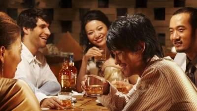 一群男人喝酒,各自給老婆發信息!不同年齡層的老婆這樣回…