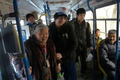 老太太把座位讓給孫子卻要求別人給自己讓座,你會讓嗎?