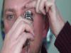 看了這名專業化妝師用睫毛夾畫的眼線,我決定以後一定都要用這個方法。