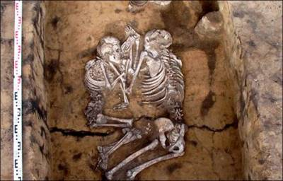 太感人了!他們擁抱了8000年,遺骨生前的浪漫愛情…