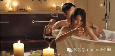 趁著妻子睡著後,他溜出去和新認識的女人在酒吧裡喝了一晚上的酒…