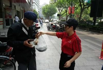【正能量】餐廳驅趕80歲落魄老人,一年輕人主動請吃飯