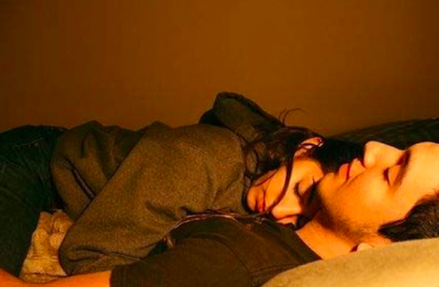 """我睡覺有個習慣,就是愛踢被子。男朋友在情書裡寫道:""""如果我每天晚上都給你蓋被子,那你願意嫁給我嗎?""""婚後20年,他每天都履行承諾,晚上起來給我蓋被子。醫生看著監控錄像目瞪口呆。。"""