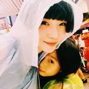 李英愛女神基因超強大!無論老公長怎樣,女兒照樣正翻全世界!太驚艷了!