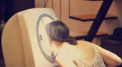素顏的女友突然叫我看她把頭放進這個機器裡面,30秒後…她竟然換了一張明星臉!