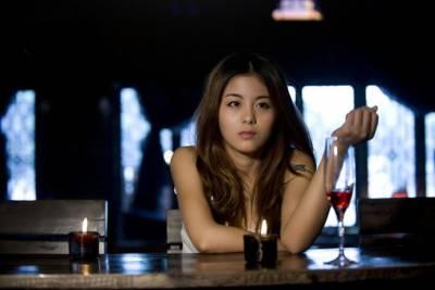 女人喝酒,喝的是情 醉的是愛 她們永遠不信:藉酒消愁愁更愁