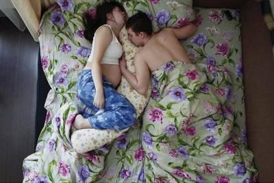 妻子懷孕了,你是否還會抱著她睡覺呢
