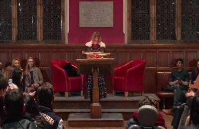 「擁抱社群媒體,但是別讓它取代你真實的生活!」Anna Wintour卸下冰霜女王形象 獻給牛津大學最激勵人心的演說