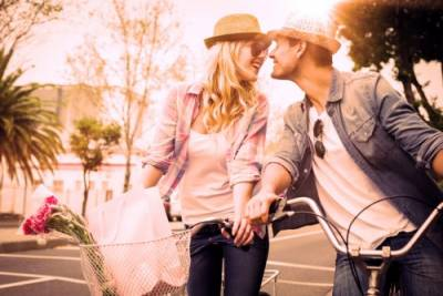 被吃醋的男友「壁咚」絕對入選?!小鹿亂撞的瞬間,情侶必試的3種戀愛招數...