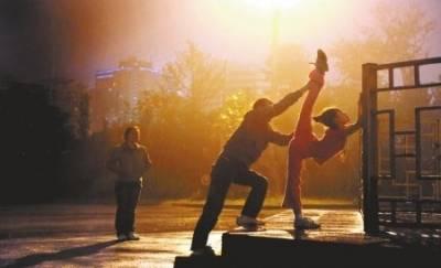 10歲女孩無錢上培訓班路燈下練芭蕾