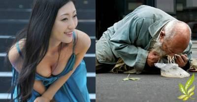 一個坦胸露乳的女人在乞丐面前蹲了下來.....接下來她做的事讓人羞愧!!!