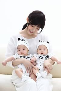 范范努力三年盼來雙胞胎飛哥翔弟 黑人變路人 --《熊貓來了 比黑白配更重要的決定,范范與飛哥翔弟的幸福日記》