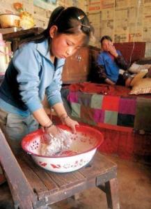 她只有12歲,確供四個哥哥上大學,但也是全村第一個未成年卻能埋進祖林的人...