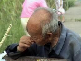 不孝女兒!竟讓87歲的老父親每天撿垃圾吃