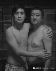 帥氣老爸每年都會抱著兒子合照,連續30年拍下來,在第30年有了驚人的變化!