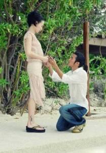 2006年謝霆鋒向張柏芝下跪求婚的畫面,看了令人心酸!原來他們是在...結婚的!