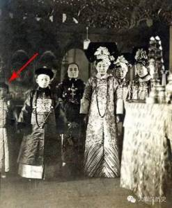 很多人都看過這張照片!但都忽略了最左邊紅箭頭的那個小女孩!原來她就是...太驚人了!