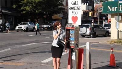 """街頭電話加了標誌""""打給所愛的人"""",有多少人會停下來呢?"""