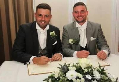 英國一對同性新人結婚,他們覺得婚禮有個遺憾,就是兩人都不願意穿婚紗...最後典禮上竟然讓所有親戚朋友跌破眼鏡...