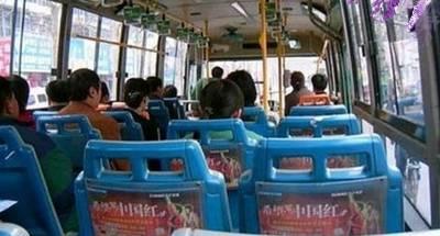 公車司機被小男孩咬了一口,但全車人卻心疼起男孩一家人!理由真是太感人了…