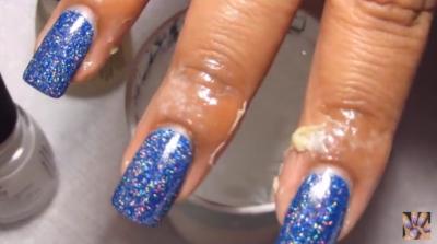在水杯中滴幾滴指甲油,然後把你的手指伸進去...最後的效果會令女生瘋掉。