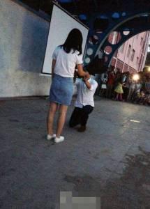 大四學生向相戀3年女老師求婚成功