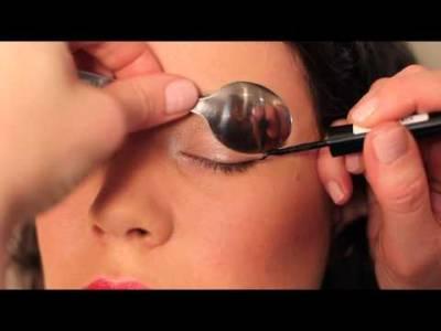 太神奇!她把一個勺子放在眼皮上化妝,看完影片所有女人都尖叫了!