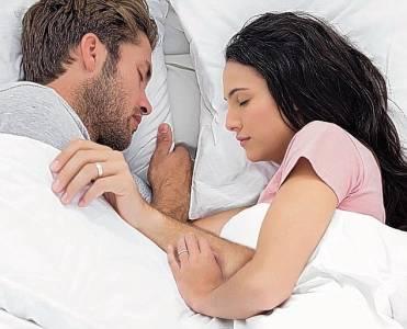 背對背睡感情比較差?從情侶睡覺姿勢看關係親密度