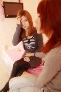一對男女在床上曖魅 突然一個短信改變了一個女孩…請認真的看下去吧!