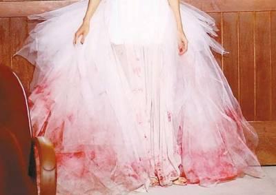 父親為了還債逼迫她嫁給陌生人,但當她穿著「浴血的婚紗」到新郎家卻有了大翻轉的結局…