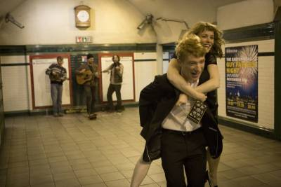 地鐵上的幸福:他們一無所有,卻像擁有全世界!