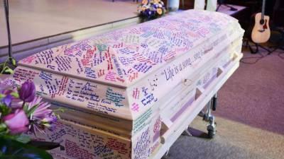 這個開朗的女孩因血癌過逝,永遠無法畢業…於是同學為她的棺木做了「特別的設計」!讓她也能一起畢業!!