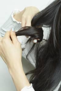 不要再把扁塌髮怪罪到髮型師身上了!只要會這幾個簡單整髮動作就好了!│VoCE