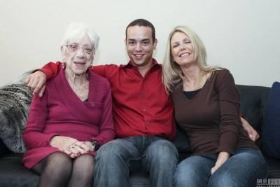 美國31歲男子攜91歲女友與母親合拍溫馨照