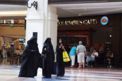 一位嫁給杜拜男人的女子自述嫁到杜拜後的生活,她成了老公的生孩子工具,現在的她只想逃離這種生活...