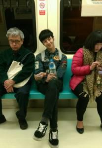 女網友在捷運上發現「野生的小鮮肉帥哥」想要偷拍,但喬完鏡頭下一秒就卻看到帥哥竟然…