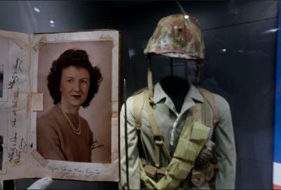 90歲高齡的老婦人,參觀了二戰大兵們遺物的博物館,赫然發現一本他初戀男友的筆記本,看到最後遺言時讓老婦人忍不住淚崩了!
