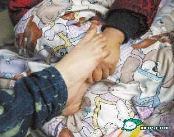 殘疾女孩用雙腳洗衣做飯 照顧失明母親6年