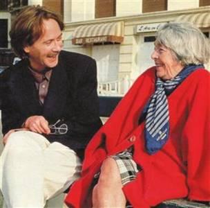 她66歲迷倒28歲情人,身高一米五卻屬於全世界,初戀有如童話